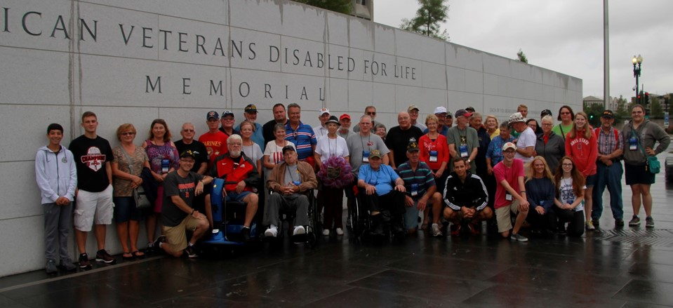 4 NHS students pictured with many veterans in Washington DC
