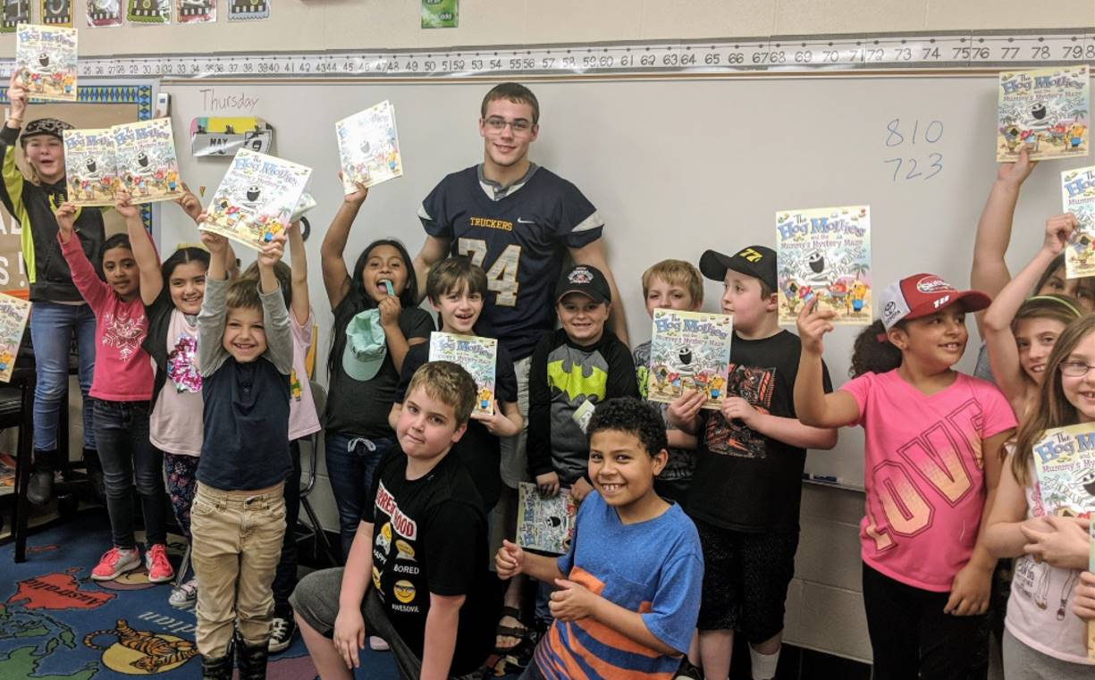 Football player read to students
